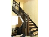 деревянная лестница для коттеджа на заказ