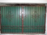 Кованные с узором ворота и профлистом