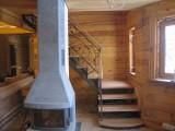 Лестница на метало-каркасе, кованые перила.