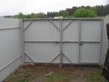 распашные ворота с калиткой в створке из профлиста с установкой под ключ