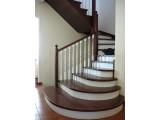 Ступени, тетива и косоур лестницы изготовлен из фанеры толщиной-40мм. облицован шпоном дуба.