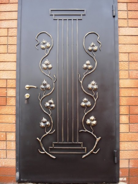 стальная дверь с кованными элементами
